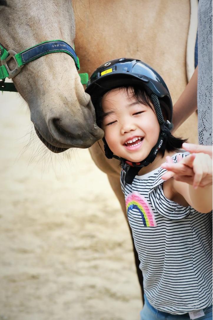 一位接受馬術治療的身障孩子家長寫道,「每一次和馬老師相處總能奇妙的穩定孩子的心情。」(張兆遠提供)