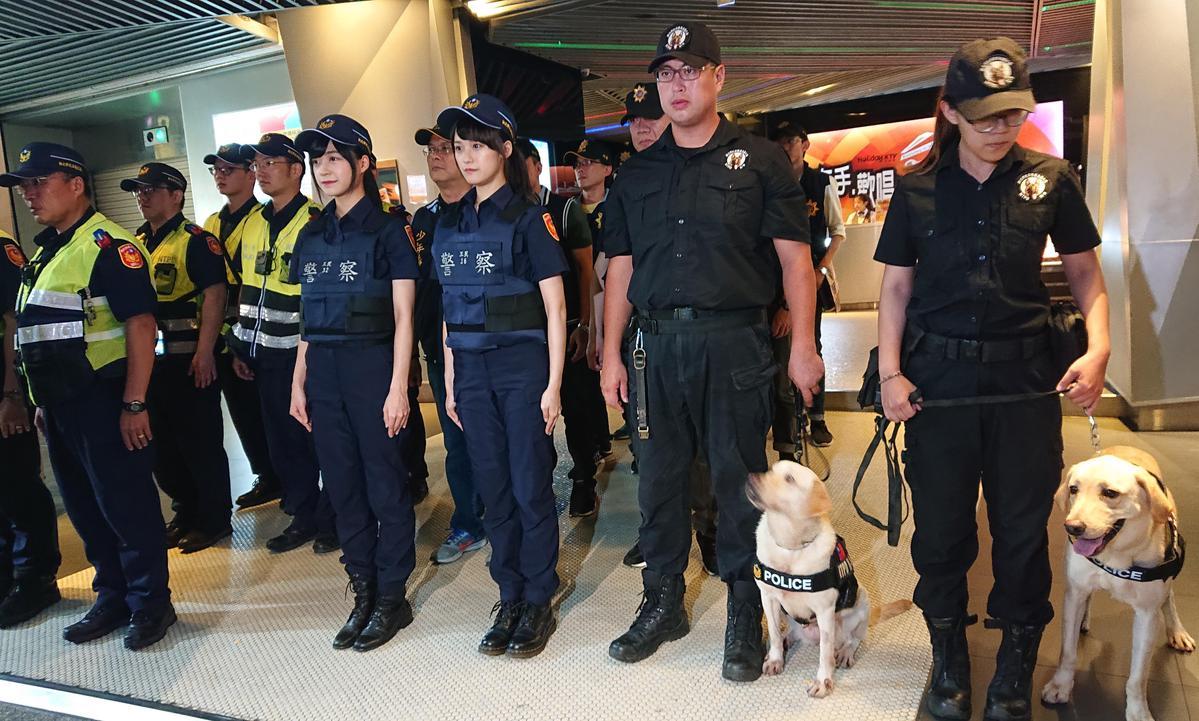 兩人跟著警察及警犬一起出任務。(好言娛樂提供)