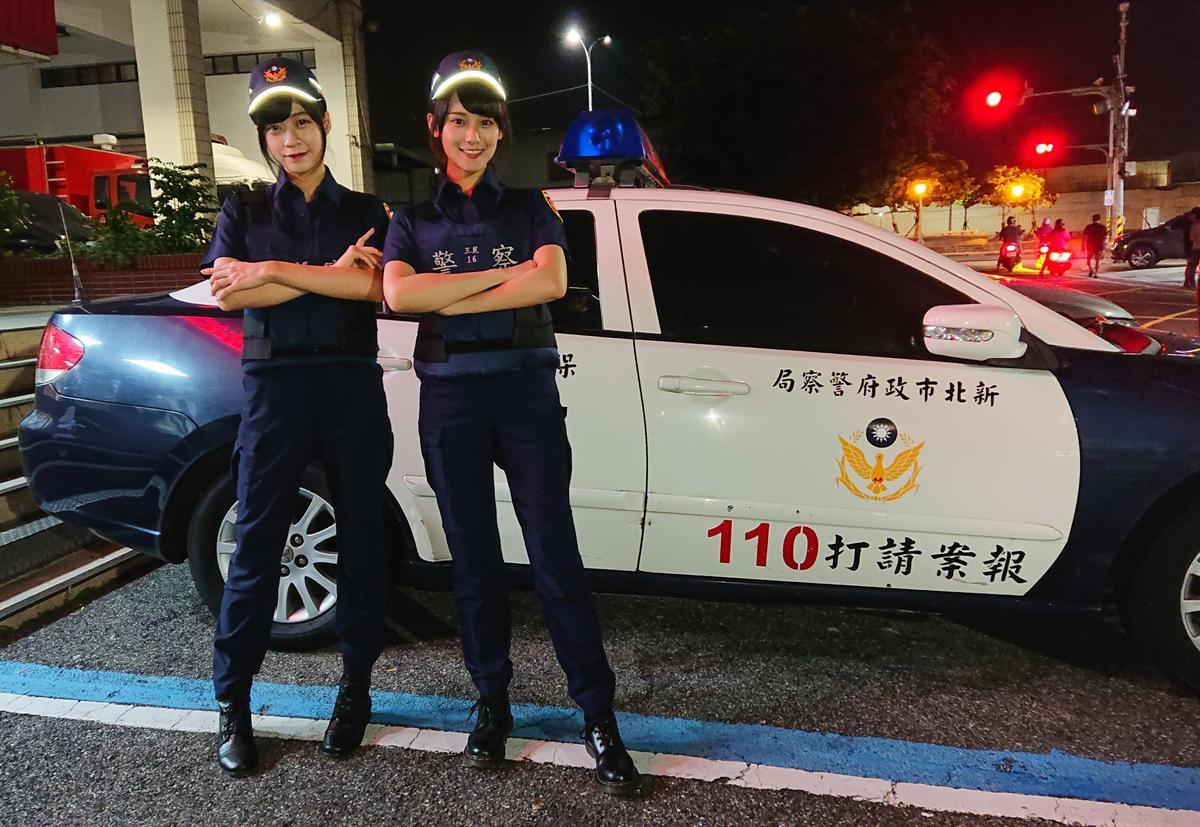 劉潔明(左)、劉語晴(右)早已嚮往這身帥氣女警打扮。(好言娛樂提供)