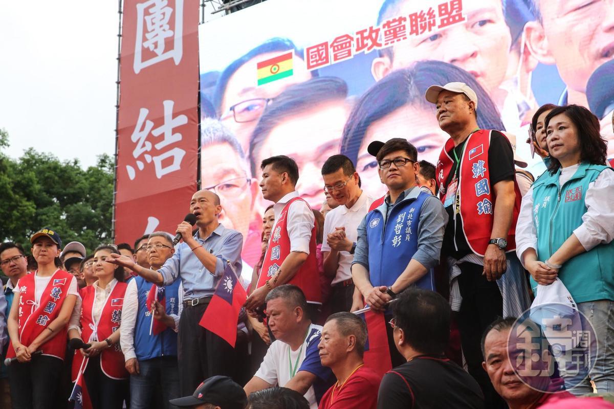 高雄市長韓國瑜在台上宣布「準備承擔任何重要職務」。
