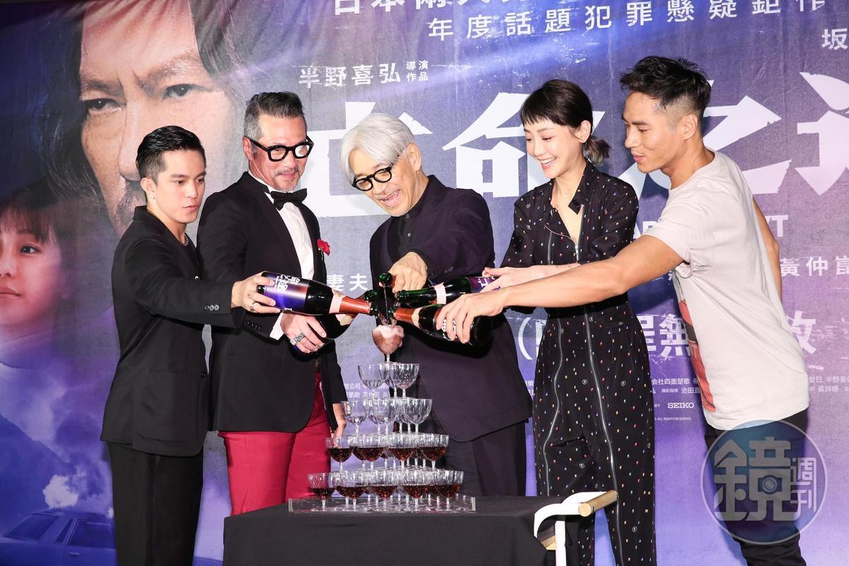 坂本龍一與黃仲崑、莊凱勛、謝欣穎及黃遠一起倒香檳塔慶賀電影首映。
