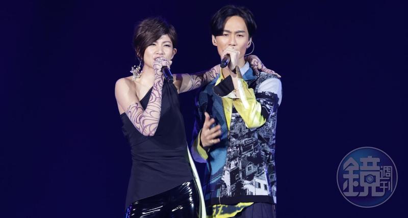 李千那和李英宏合作的新歌《愛的太超過》拿下「hito對唱歌曲」,兩人登台演唱。