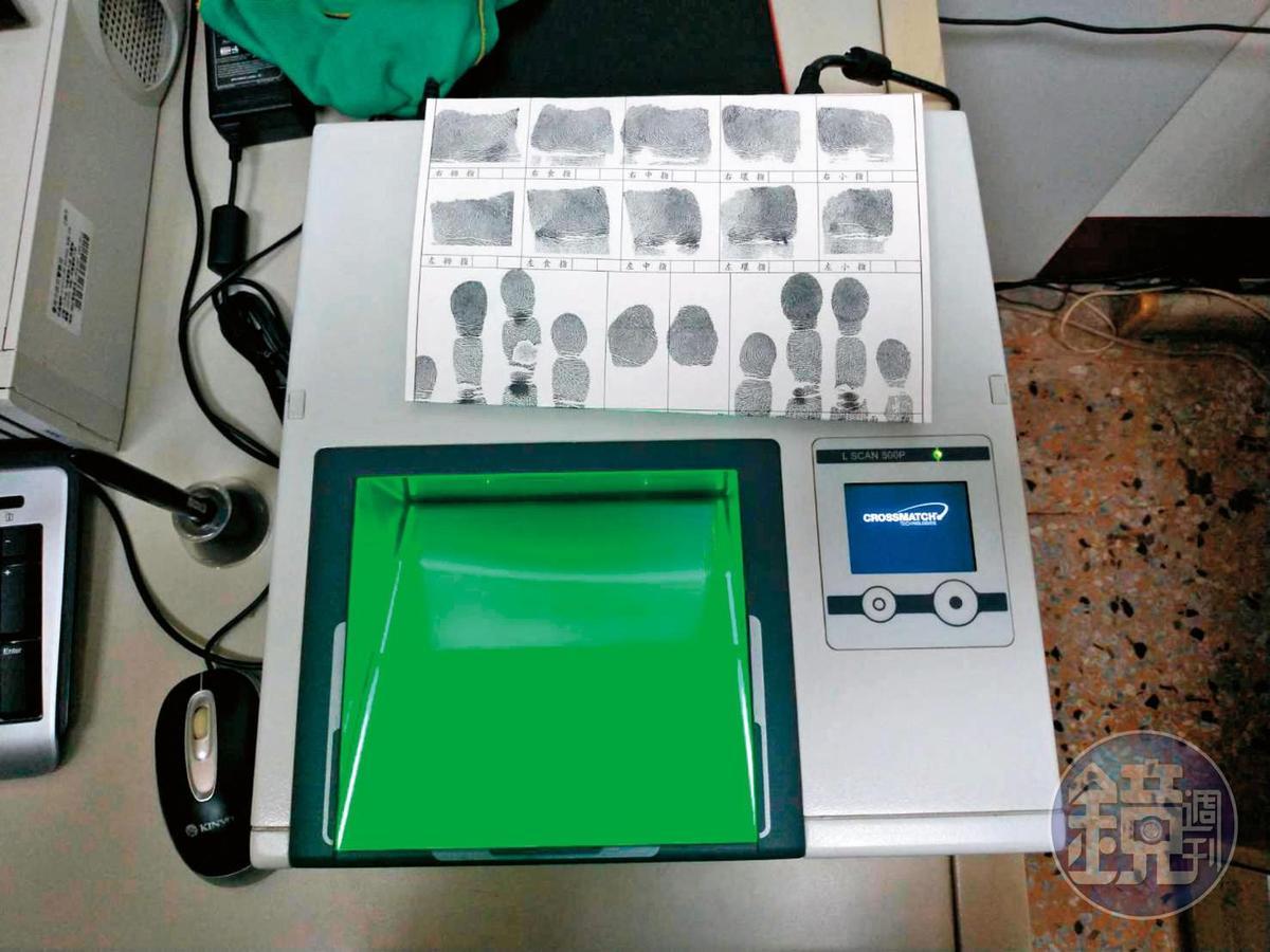 警方用「活體指紋掃瞄器」採集邱男指紋及掌紋,比對出與案發現場的血掌紋符合,是破案功臣。