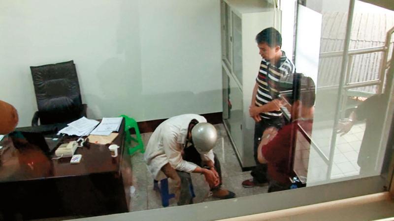 凶手邱鼎淯(左)得知掌紋比對結果相符後,俯首認罪。(東森新聞提供)