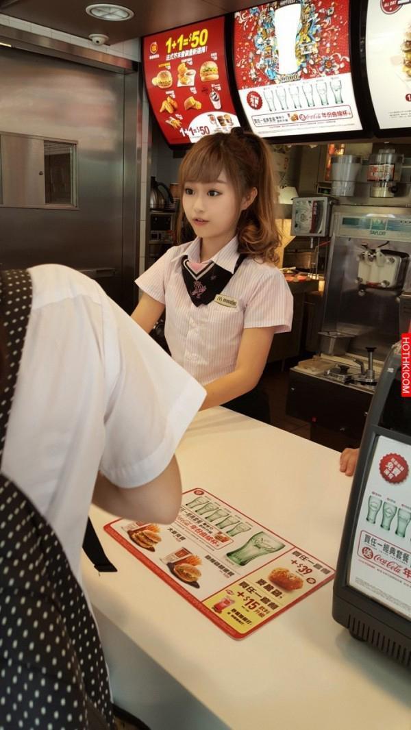 海豚(徐薇函)在麥當勞打工時,因甜美外型被網友拍照po網。(翻攝自爆料公社)