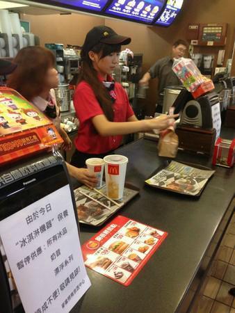 張楚珊在麥當勞打工時,曾有男客人狂買冰炫風示愛,就為了拿到她的聯絡方式。(翻攝自卡提諾論壇)