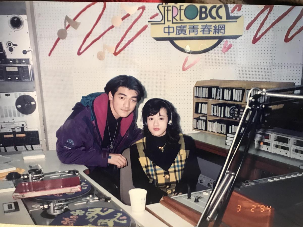 趙婷逢九○年代唱片業黃金年代,她主持過許多大明星的記者會,留下具歷史感的合照,圖為金城武。(趙婷提供)