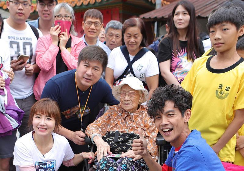 《綜藝大集合》日前到土城「永福巖祖師廟」外景,103歲阿嬤特地來看胡瓜。(民視提供)