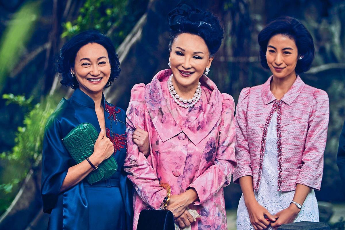 睽違大銀幕近四十年的陳莎莉(中)二年前接演電影《血觀音》,飾演心機極重的院長夫人,跟惠英紅(左)有不少對手戲。右為大久保麻梨子。