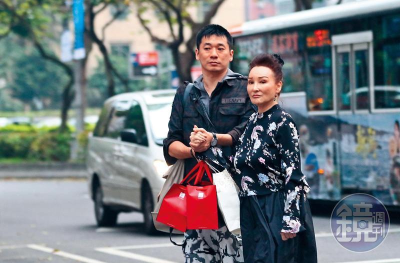 資深藝人陳莎莉(右)在大陸工作近20年,在友人陪同下抽空回台休假。