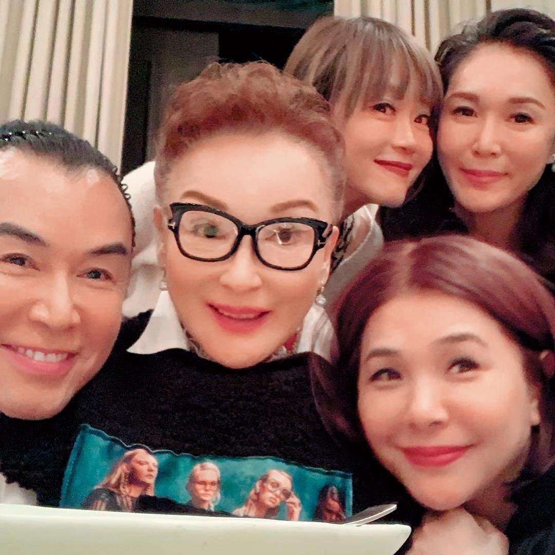 陳莎莉(左二)回台都會與圈內好友相聚,最近一次是2月時與高怡平(後排左)、張清芳(前排右)、Roger(左一)聚餐。(翻攝自weiwei_6688_liu IG)