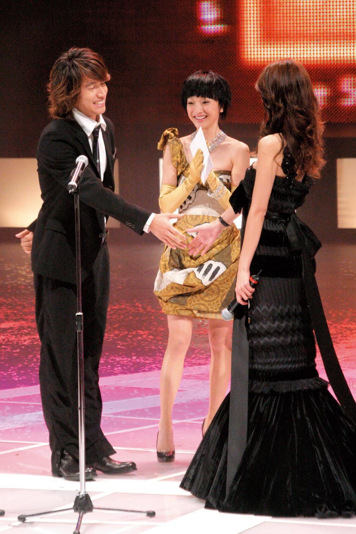 言承旭(左)與林志玲(右)傳出戀情後就鮮少同台,林志玲曾於2006年擔任亞太影展主持人、言承旭為頒獎嘉賓,兩人在台上握手形成既尷尬又甜蜜的畫面。中為周迅。(東方IC)