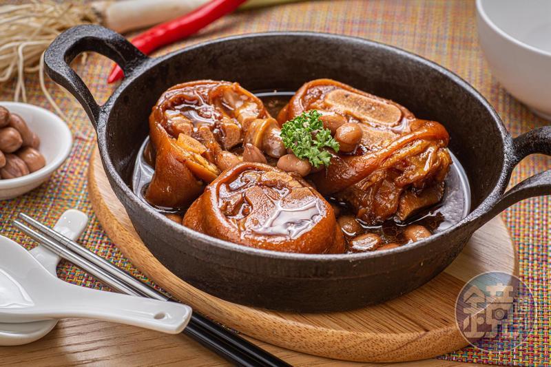 選用後腿的「豬腳花生」皮Q肉軟,醬汁甘味滷透花生。(220元/份)
