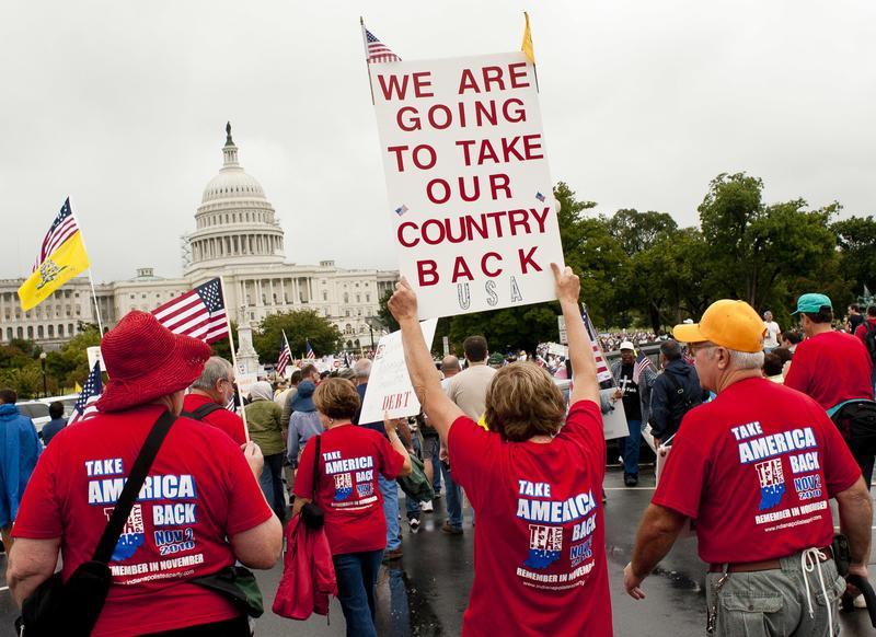 美國大選期間,民粹色彩濃厚的「茶黨」民眾在華府發起示威。(東方IC)