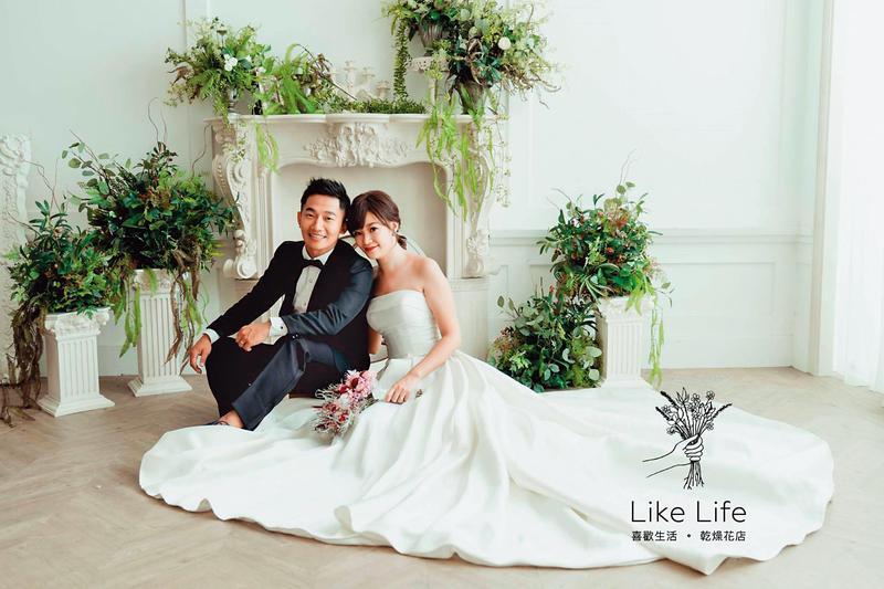 蔡昌憲與交往多年的空姐老婆Vivian於去年6月登記結婚,11月在老家新北市澳底海邊辦千人戶外流水席。(翻攝自喜歡生活乾燥花店粉專)
