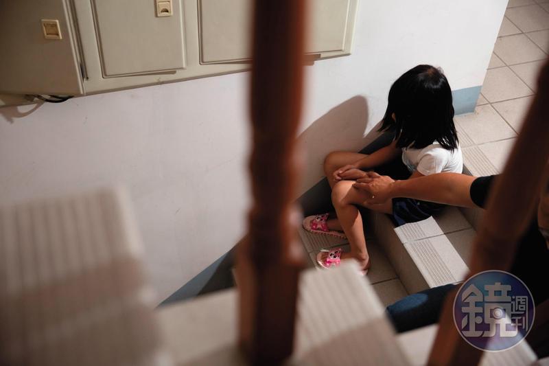 被害女學生出現創傷症候群,不但會抓捏自己的手,還留下一道道傷疤。(圖為設計畫面)