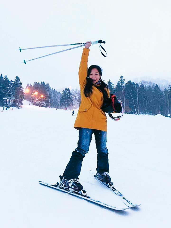 盧靚臉書上不時可看到她出遊滑雪、學習馬術的照片,生活過得還算愜意,偶而也會靠之前的人脈,參與晚會表演,賺取生活費。(翻攝盧靚臉書)