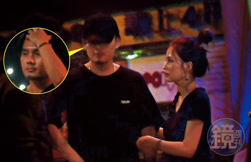 6/1 01:43,杜姸(右)跟一群人在酒吧聚會,隨後照顧一名酒醉男子回家。
