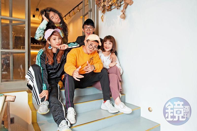 反骨男孩由孫生(前中)和酷炫(後右)等人,靠著趣味影片在網路衝出高人氣。