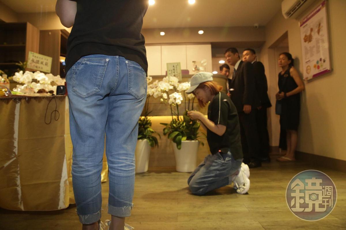 王彩樺跪在靈前答應賀一航在能力所及內,會照顧好他的遺孀跟兒子。