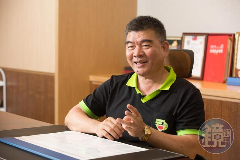 蔡耀輝曾在南亞塑膠當輪班制的現場工人,也開過早餐店、超市與蒸餾水行,可惜最後都以失敗收場。