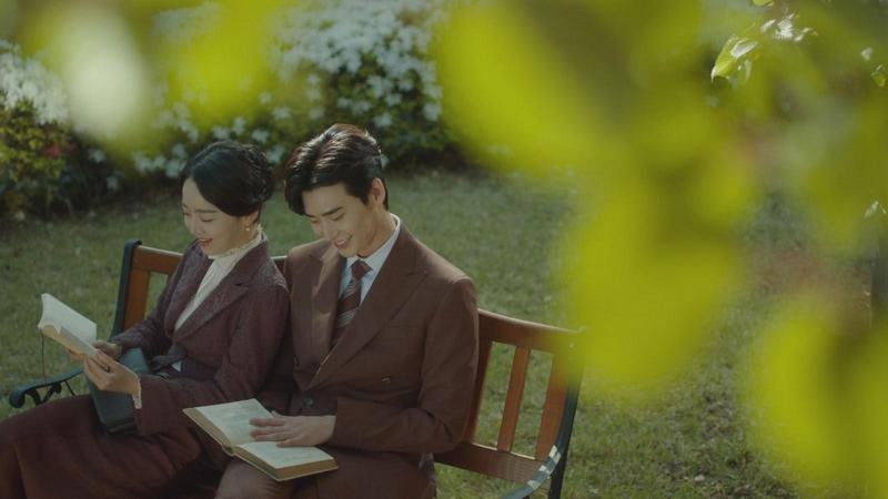李鍾碩(右)與申惠善在《死之詠贊》二度合作,共譜一段淒美生死戀。(Netflix提供)