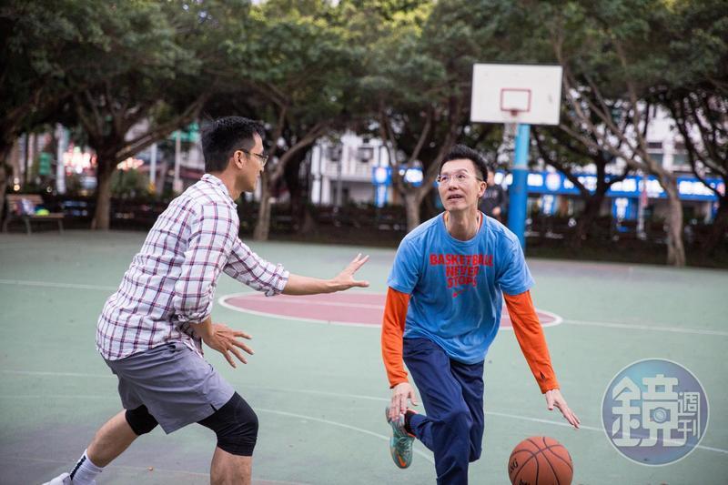 50歲退休的施國文(右),每週和同學打籃球,平日寫部落格,過得輕鬆愜意。
