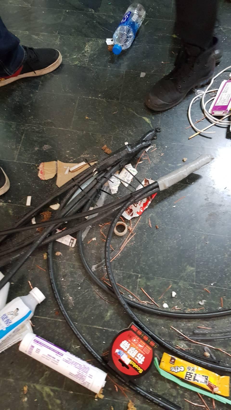 嫌犯在公寓私接線路挖礦,可能導致電線走火。(翻攝畫面)
