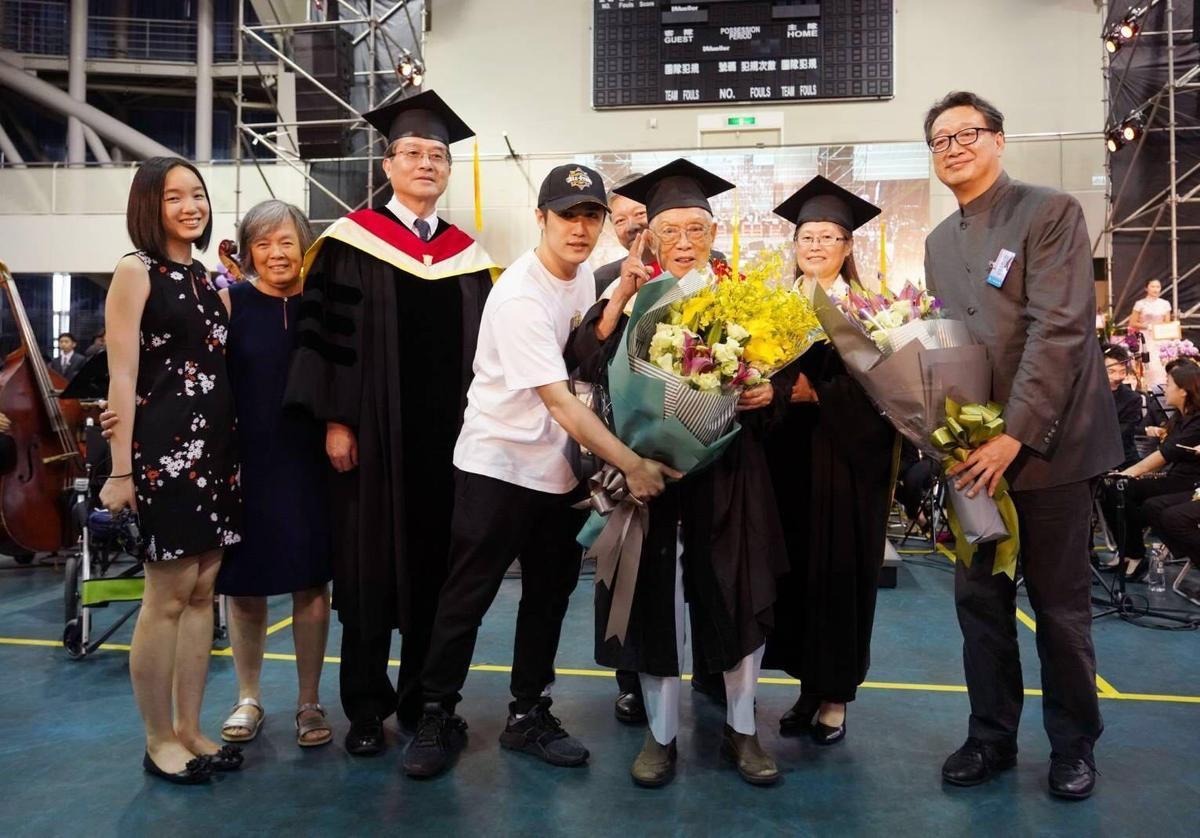 熊仔爺爺榮登全台最高齡畢業生,更寫下全台最高齡取得博士學位的紀錄。(索尼提供)