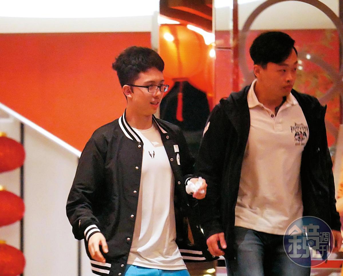 5/20 20:50,孫家在台北東區和親友聚餐,穿著廠商贊助服飾的孫安佐(左)和友人早一步先行離開。