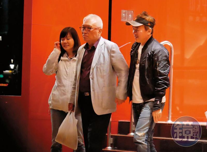 5/20 22:19,孫鵬(右)、狄鶯(左)和親友酒足飯飽後,有說有笑地步出餐廳。