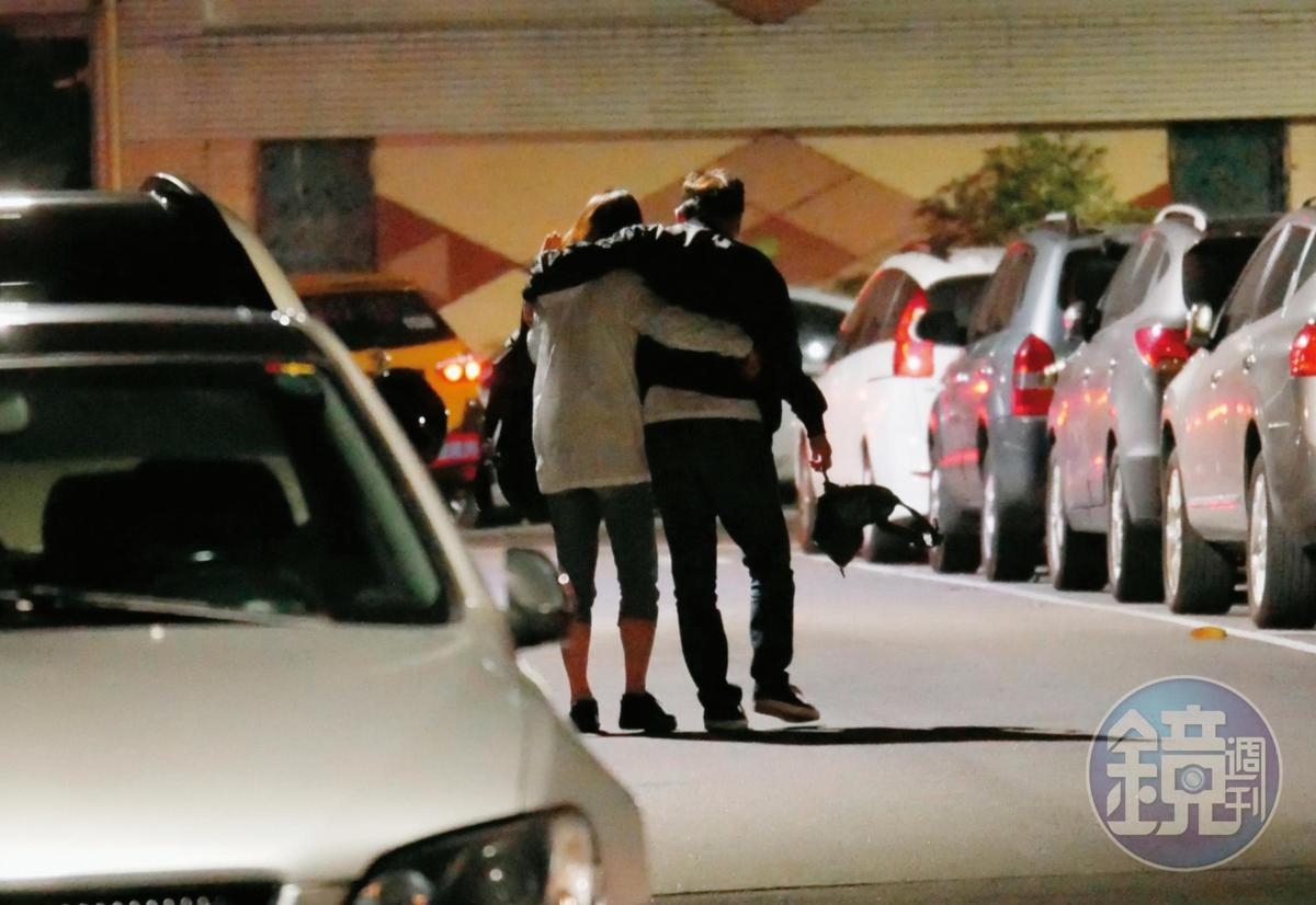 5/21 00:27,喝到不勝酒力的孫鵬,一個踉蹌差點跌倒,狄鶯趕緊一把抓住老公的腰,兩人一路扶持回家。