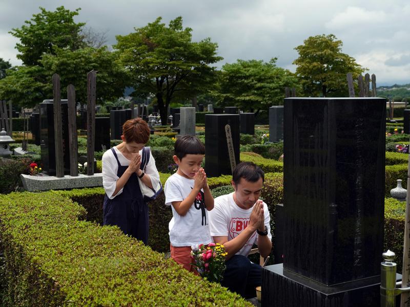圖為日本一小家庭的掃墓情景。(東方IC)