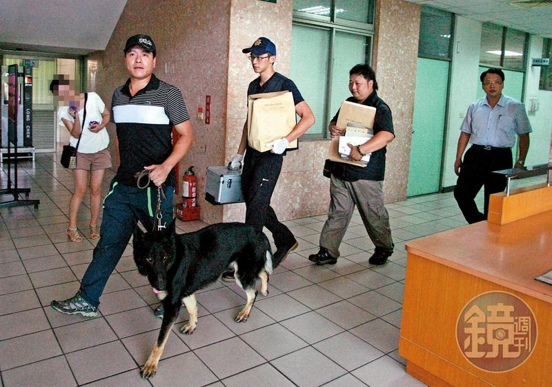 為了強化林嫌自白的證據力,警方出動警犬在校園內搜索證物。