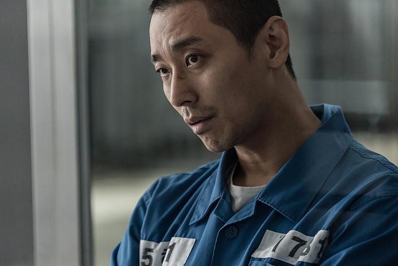 朱智勛在《七罪追緝令》扮冷酷殺人魔,主動向導演提議理平頭演出。(車庫娛樂提供)