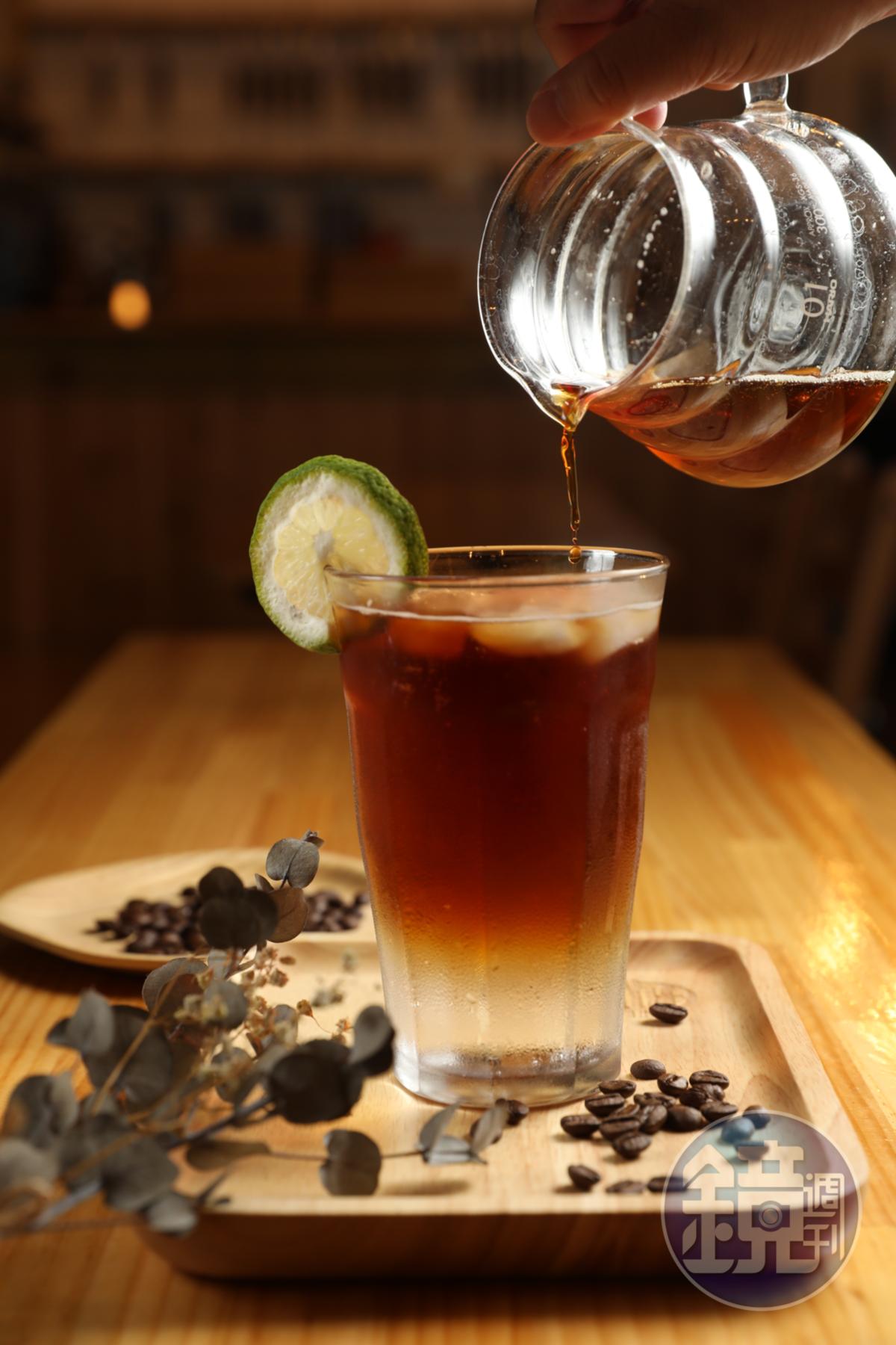 熱門飲品「咖啡打嗝」,以汽水結合咖啡,消暑解熱。(150元/杯)