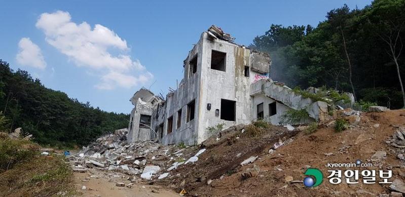 《鬼病院:靈異直播》以昆池岩精神病院為故事背景,電影上映2個月後昆池岩精神病院便遭到拆除。(翻攝自京仁日報)