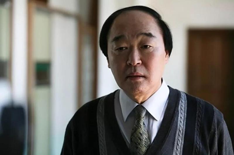 張光在《熔爐》一人分飾兩角,飾演性侵學生的校長及行政主任。(翻攝自Naver)