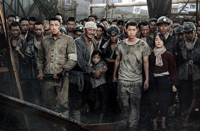 《軍艦島》集結蘇志燮、黃晸玟、宋仲基等黃金卡司,但前年在韓上映票房不如外界預期。(車庫娛樂提供)