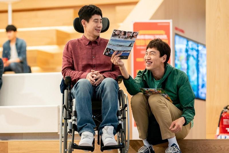申河均(左)、李光洙在《完美搭檔》分別飾演肢體障礙者及智能障礙者。(采昌提供)