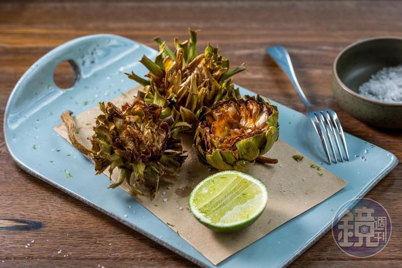 剝開「炸朝鮮薊」,趁熱品嘗花托肥美的嫩肉。(580元/份)