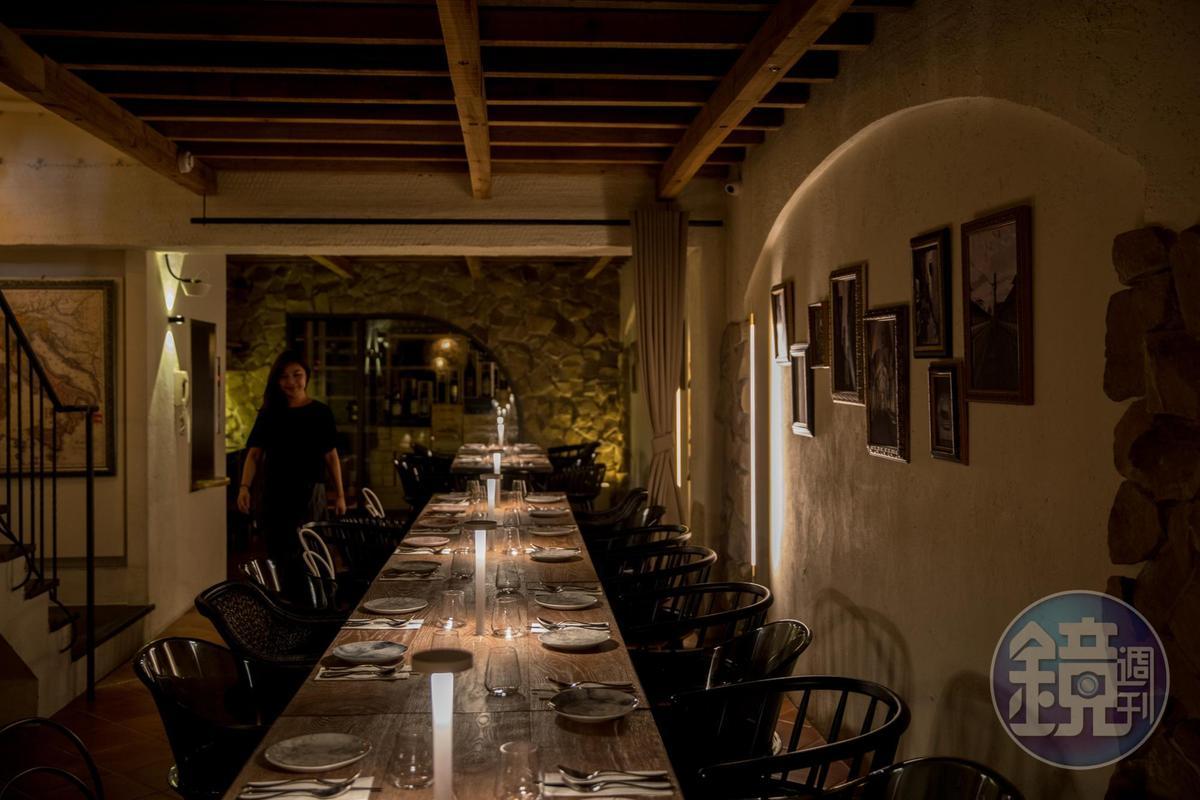 地下樓層打造成洞穴酒窖用餐區,帶有異國風情。