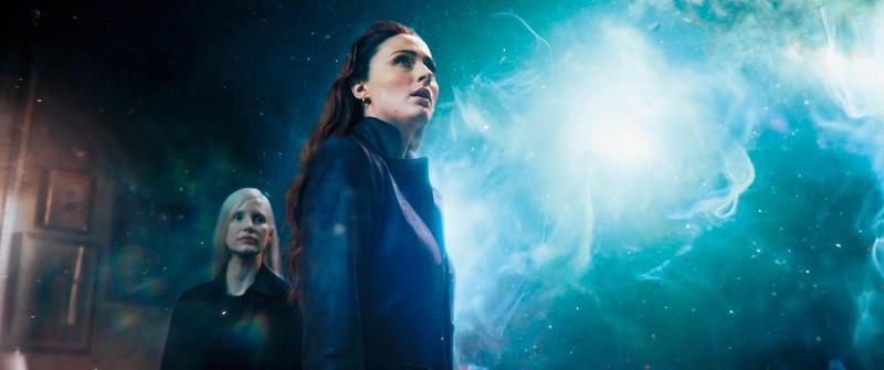 琴葛雷在意外獲得神祕能量後成為最強變種人,但也因而失控黑化,電影情感及打鬥戲精彩,對她的心理轉折卻刻畫不足。(翻攝自cnet.com)