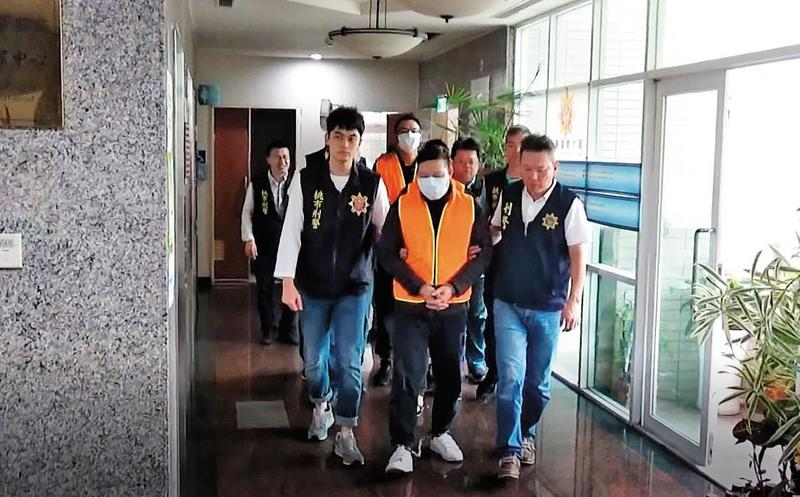 檢警破獲以簡漢武(前中)為首的暴力討債集團,該集團自稱是日本山口組台灣分會。(翻攝畫面)