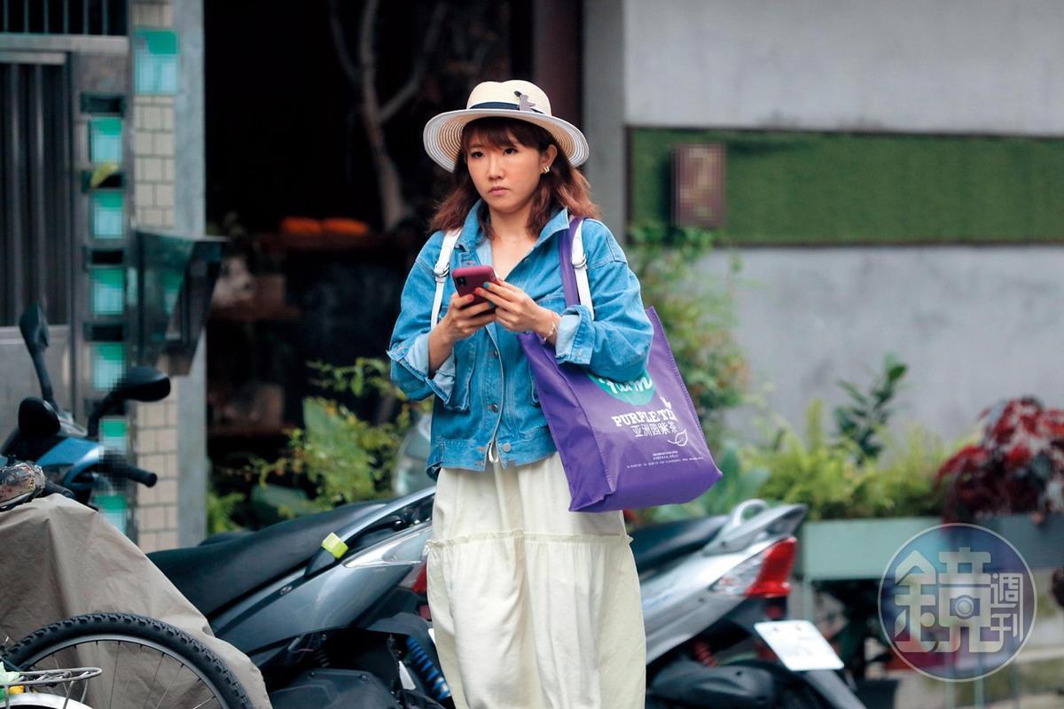 6月8日 15:56  謝忻離開花店走去取車,她身上穿著類似牛仔色的外套,過去她跟阿翔也被拍到共有「情侶牛仔外套」。