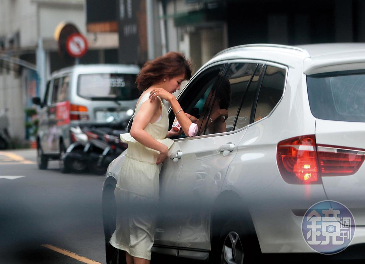 6月8日 15:33 謝忻的奶緣靠向阿翔的車,然後阿翔交給了謝忻疑似防蚊液的藥物。