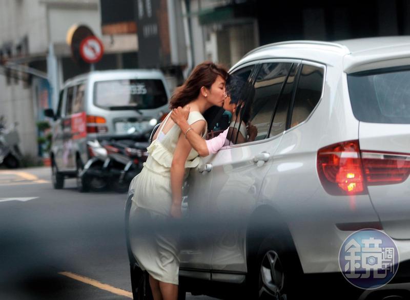 阿翔把車開出之後,停在一間花店外頭,謝忻與他忘情激吻。