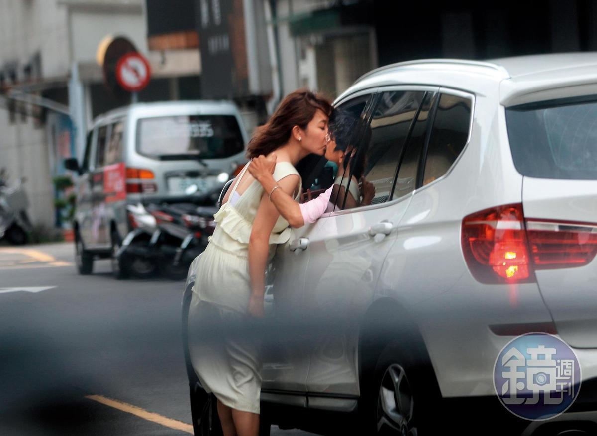 6月8日 15:31 把車開出之後,阿翔停在一間花店外頭,謝忻與他忘情激吻。