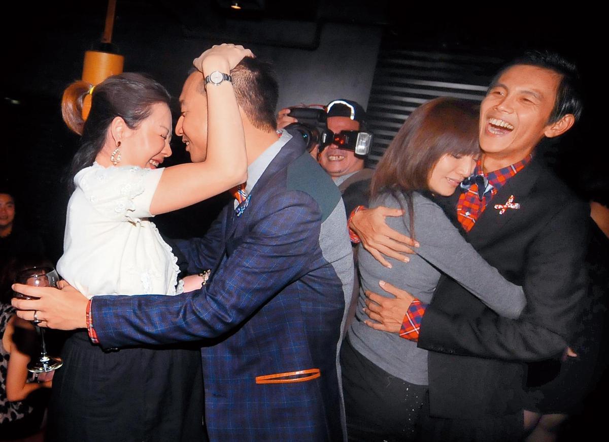浩角翔起的浩子(左二)與阿翔(右一),都給人愛妻愛家的形象,沒想到阿翔破功。(東方IC)