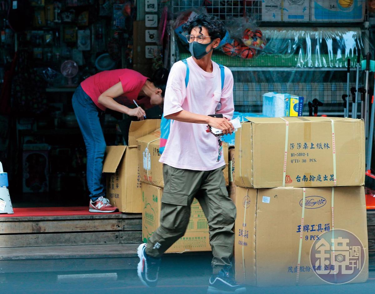 6月8日 15:29 阿翔從一間五金百貨店走出來,然後到停車場取車。